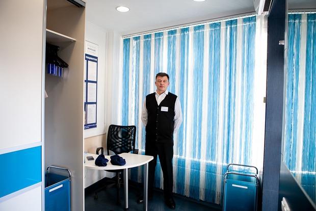В уютной прихожей пациентов встречает оперативный дежурный