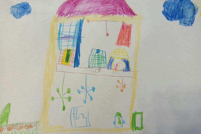 На рисунках детей дом всегда выглядит очень ярко!