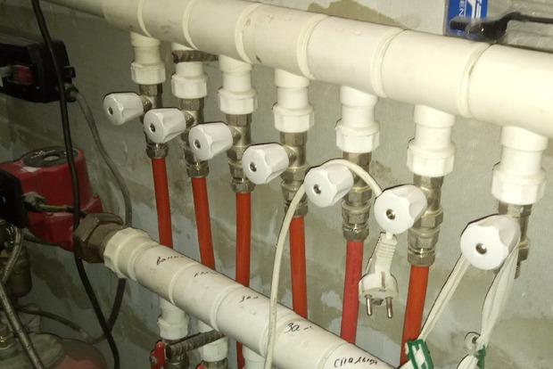 В технической комнате установлены твердотопливный котел и разводка теплого пола
