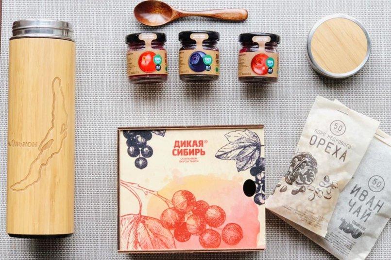 В каждый набор входят иван-чай, три вида ягод, кедровый орех и деревянная ложечка