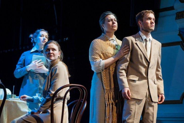 История любви, способной спасти от смерти. Сцена из спектакля «Вечно живые». Фото с сайта www.dramteatr.ru