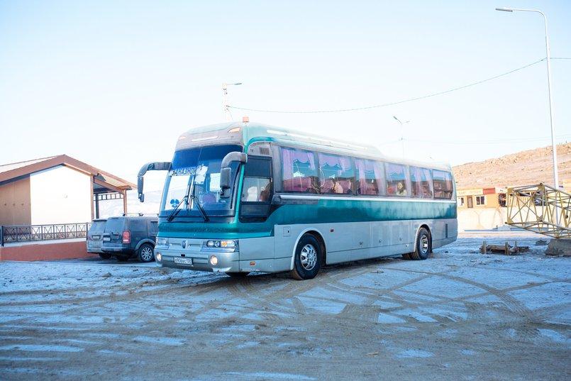 Автобус с туристами на Байкале