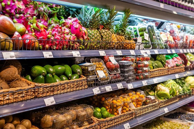 В супермаркете широкий выбор свежих овощей и экзотических фруктов