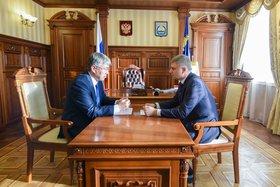 Алексей Цыденов и Олег Белозеров. Фото пресс-службы правительства Республики Бурятия