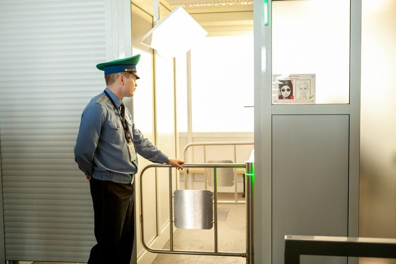 Когда все этапы успешно пройдены, пассажир проходит на линию паспортного контроля