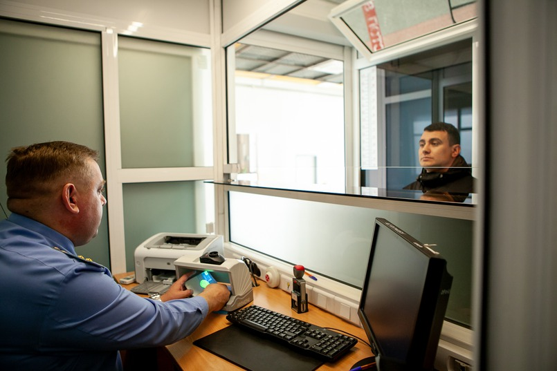 Прибывшие пассажиры проходят паспортный контроль