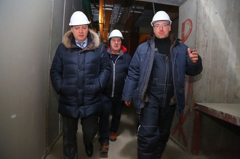 Экскурсию по объекту провел генеральный директор кемеровской компании-застройщика «СДС — Строй» Максим Николаев