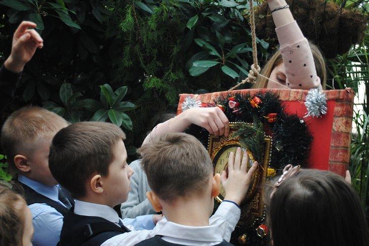 Ребята в поисках новогоднего символа. Фото с сайта vk.com/irkgarden