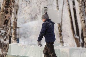 Ледовый лабиринт и гигантская лампочка: на Якоби открыли зимнюю зону отдыха