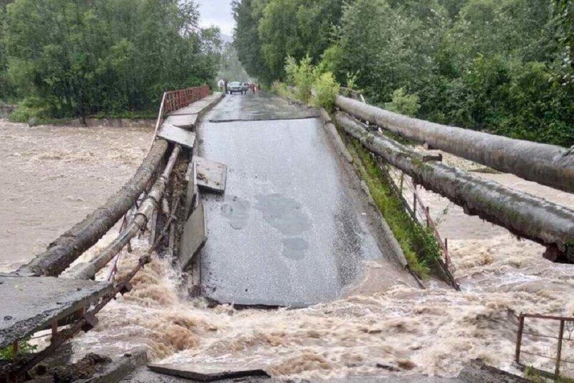 Обрушившийся мост через реку Солзан в Байкальске