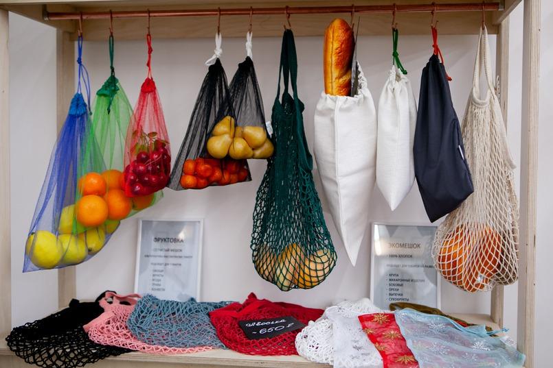 Алексей отшивает экосумки и фруктовки на небольшом производстве в городе