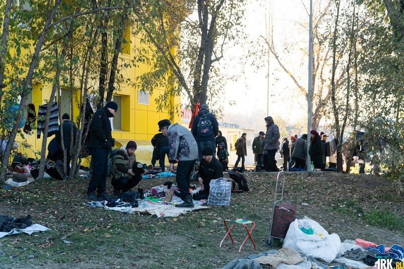 Продавцы выкладывают прямо на газонах старую одежду, обувь, посуду