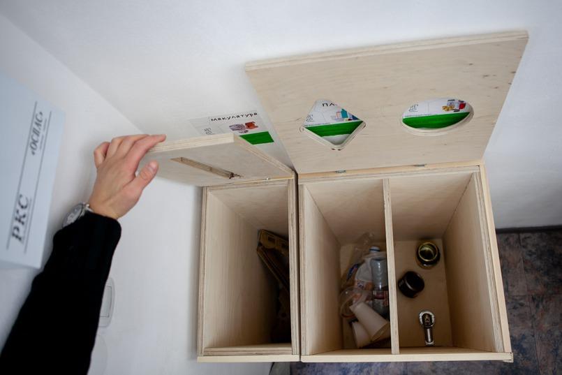 Деревянный контейнер с тремя отсеками для раздельного сбора мусора — для пластика, металла и бумаги