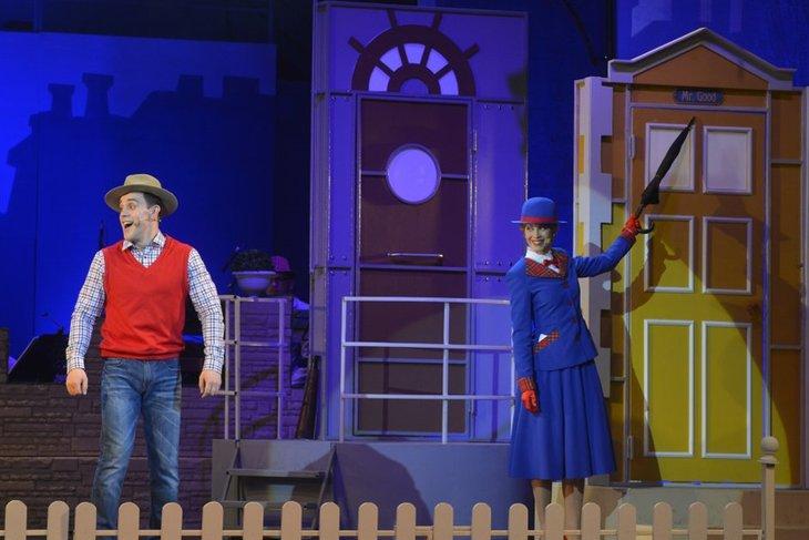 Сцена из спектакля «Мэри Поппинс, до свидания!». Фото с сайта imt38.ru, автор — Игорь Сирохин