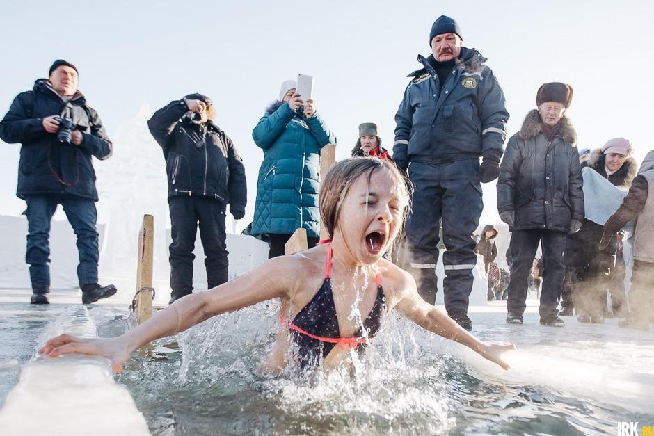 Девочка окунается в иордани на Якоби на Крещение, январь. Автор — Артем Моисеев