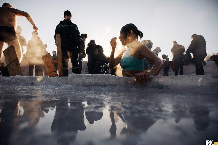 Купание в проруби. Автор фото — Артем Моисеев