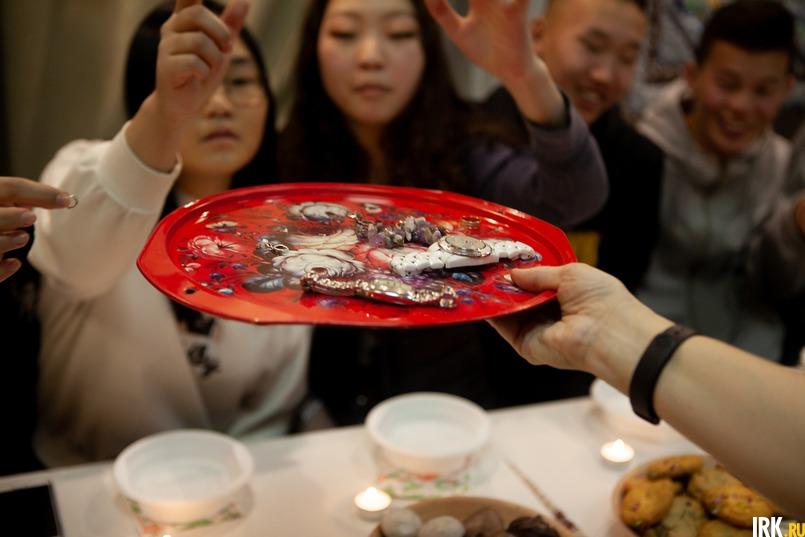 На блюдо незамужние девушки клали свои перстни, серьги, а затем накрывали их платком