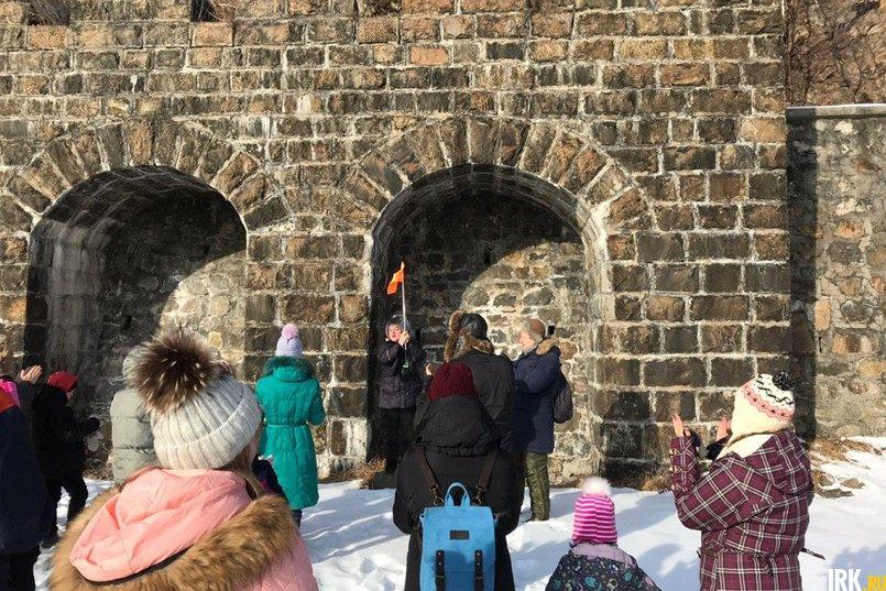 Гид Марина Леонова рассказывает туристам историю Итальянской стенки