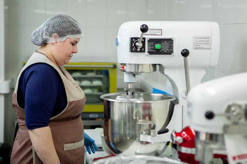 За тем, как замешивают крем и собирают торты, можно наблюдать бесконечно…
