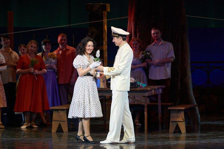 Сцена из спектакля «Белая акация». Фото с сайта vk.com/irkutskmusicaltheater, автор — Евгений Пономарев