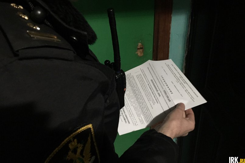 В дверь должника воткнуто письмо — требование погасить задолженность по ЖКХ