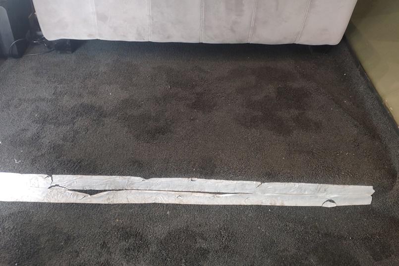 Прелести на входе. Это ступенька рядом с зеркалом, ее отметили белой клейкой лентой. Чтобы не запинались. Но не помогает, как видите.