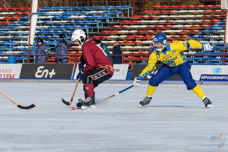 Хоккеисты Украины и Латвии. Фото пресс-службы чимпионата мира по хоккею с мячом 2020