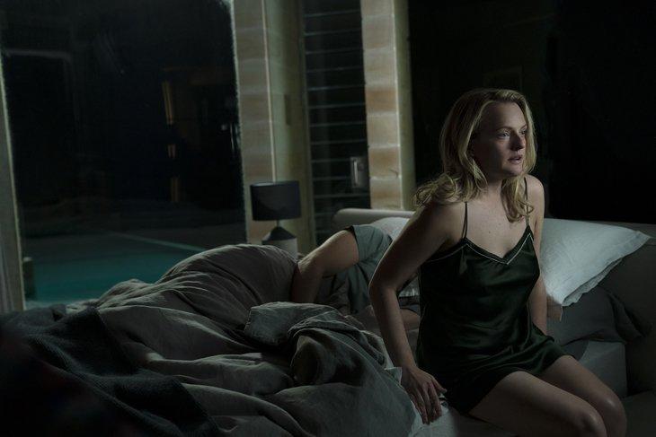 Накачав мужа-садиста снотворным, Сесилия бежит из дома. Фото с сайта www.kinopoisk.ru