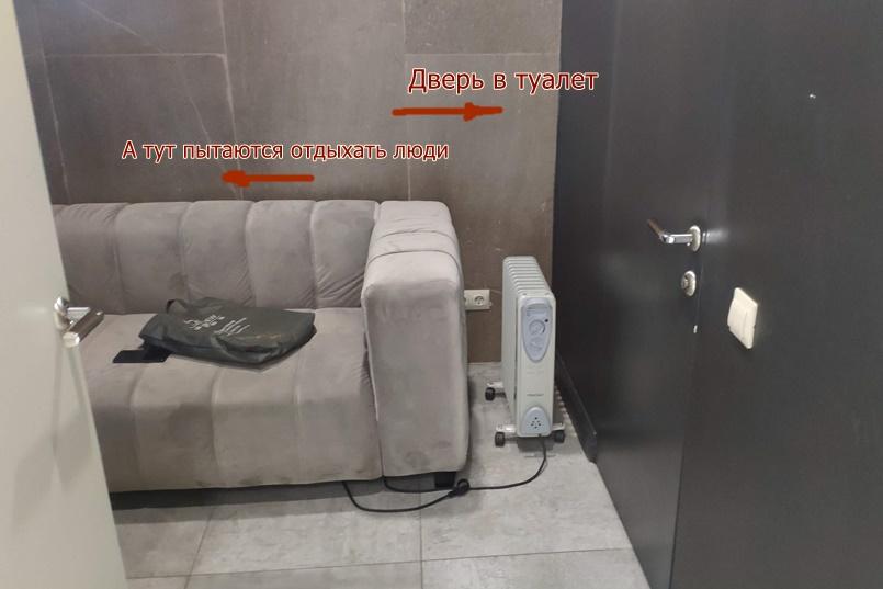 В «отдельную» кабинку, за которую гости заплатили депозит, отправляли всех из нашего зала мыть руки
