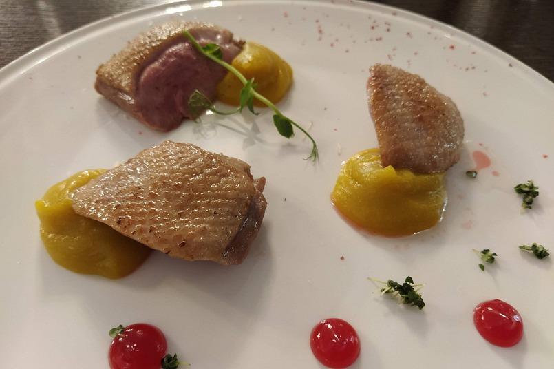 Утиное филе с яблочным пюре и ягодным соусом