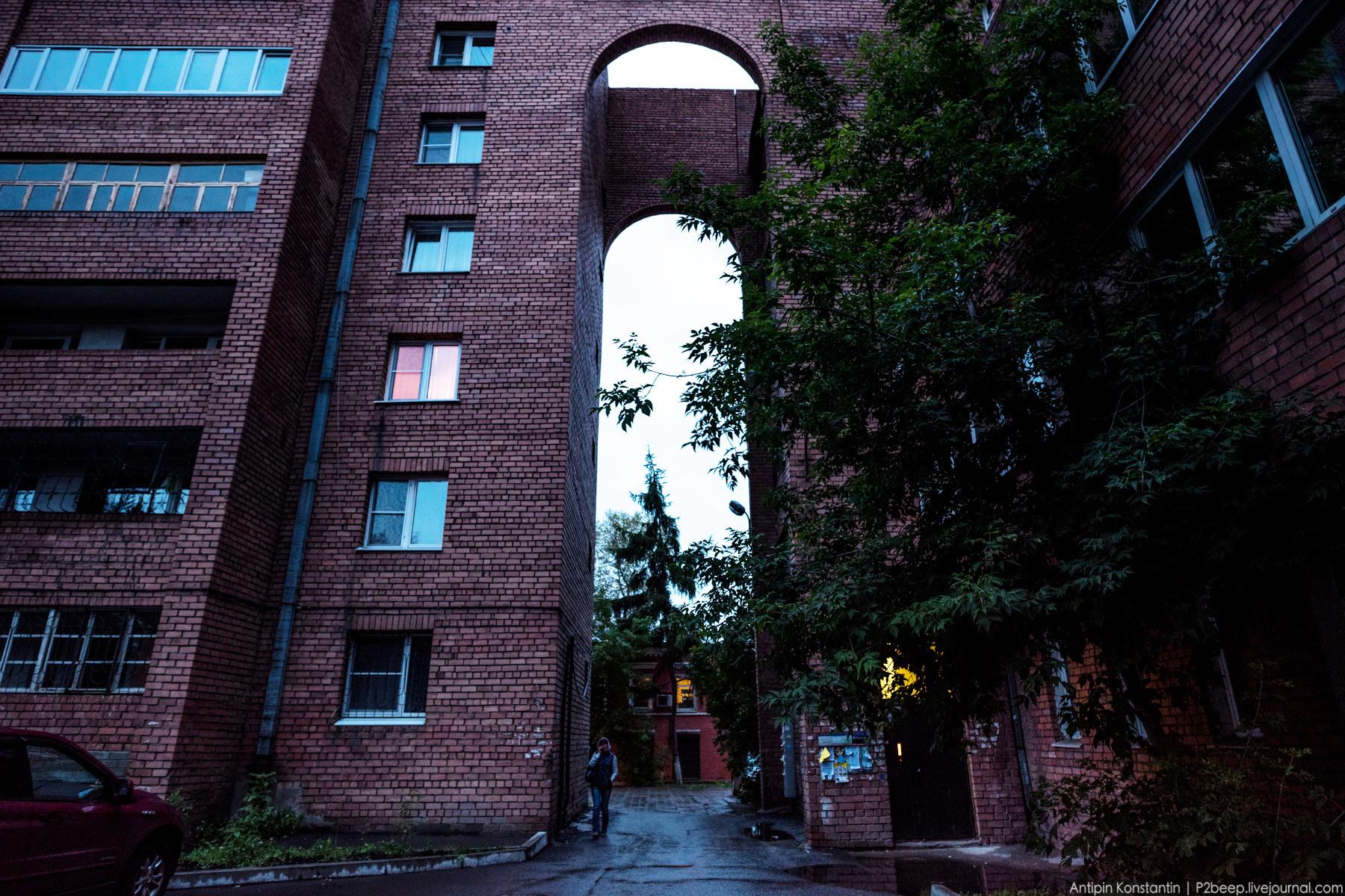 Дом состоит из отдельных корпусов, над проездами они соединяются кирпичными арками