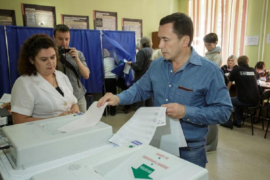 Эта фотография сделана в 2016 году, во время выборов депутатов Госдумы. Дмитрий Бердников проголосовал на избирательном участке в школе №39