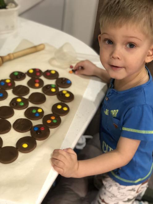 Ольга П. вместе с сыном готовит печенье