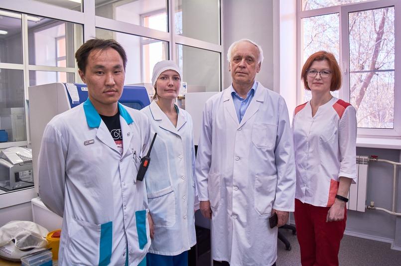 Евгений Андаев с сотрудниками лаборатории ПЦР