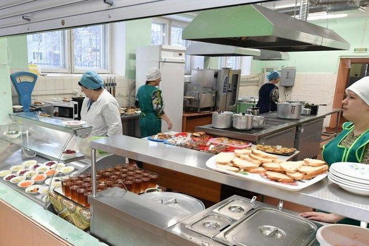 В столовой. Фото пресс-службы правительства Иркутской области