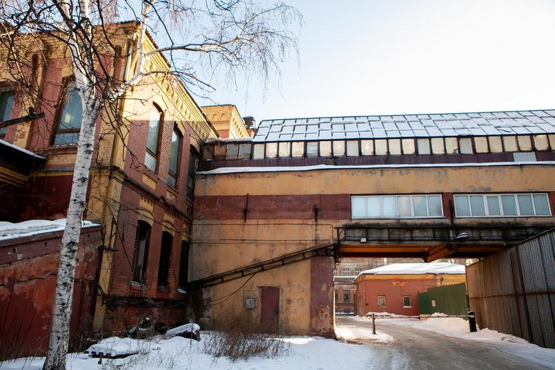 На территории построили общежитие для молодежи, в 1933 году открылась столовая