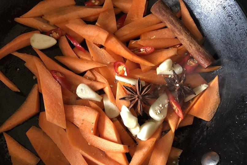 Обжариваем морковь, чеснок, перец, специи