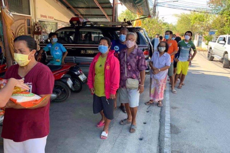 Многие тайцы остались без работы и денег. Они также приходят за бесплатными продуктами