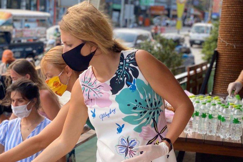 Елена Сафонова ежедневно готовит еду для туристов и местных жителей