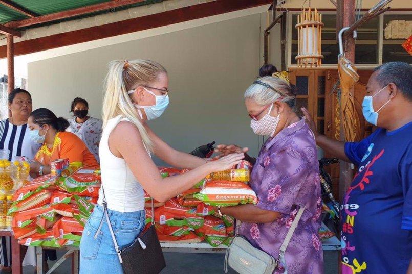 Елена Теплякова раздает бесплатную еду местным жителям и туристам