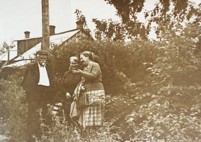Павел Иванович Малиновский с сотрудниками на территории  Ботанического сада ИГУ. Фото с сайта Ботанического сада