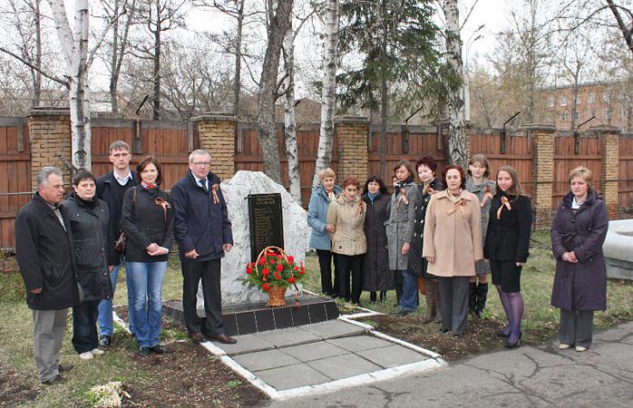 По традиции сотрудники института каждый год возлагают к памятнику цветы. Фото с сайта irknipchi.ru