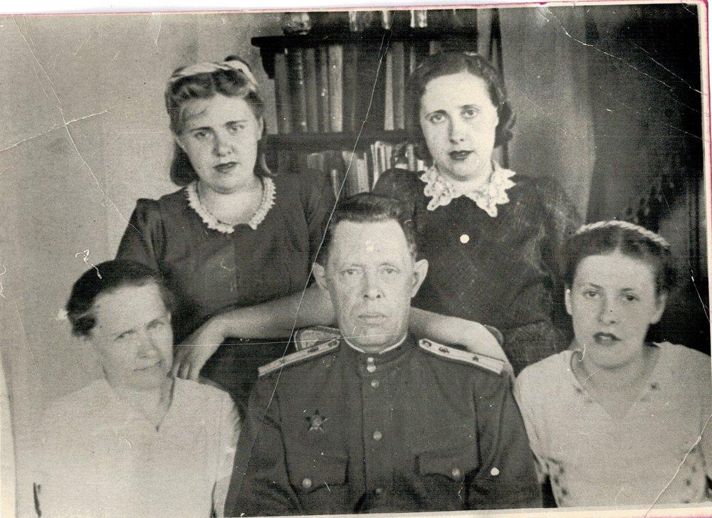 Вместе с ним в госпитале работали жена и дочери. Фото с сайта school3.irk.ru