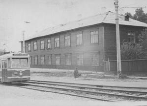 Общежитие педагогического училища в 1938 году располагалось в этом здании рядом с трамвайной линией. Фото с сайта irkpo.ru