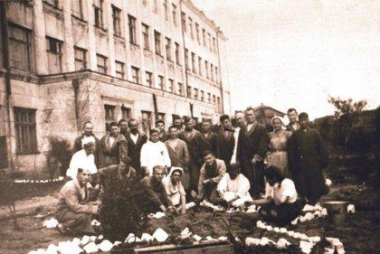 Раненые солдаты у эвакогоспиталя в бывшей школе № 21. Весна 1944 года. Из собрания  Подлеснова. ГАИО