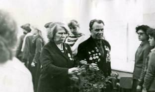 Корзину цветов выносят выпускники училища довоенных лет. Фото с сайта irkpo.ru