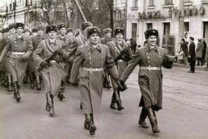 Подполковник внутренней службы Владимир Лыхин — в центре, на параде в Иркутске, начало 70-х