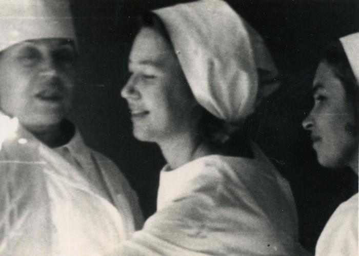 Нейрохирург Софья Калинина (на фото в центре) на обходе больных с профессором Зоей Васильевной Базилевской (на фото — слева). Фото с сайта baik-info.ru