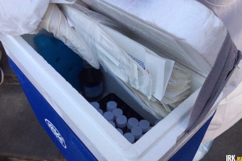 У медиков при себе есть сумка, в которой при температуре +4 градуса хранятся пробирки с завинчивающейся крышкой и палочки для забора материала.