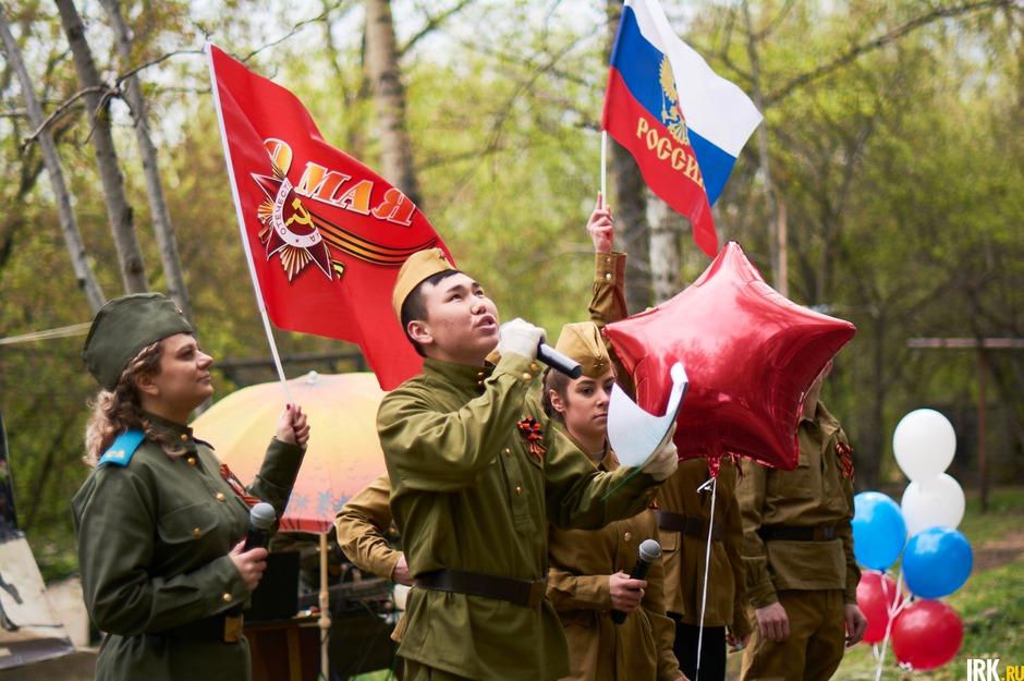 С утра состоялся концерт в одном из дворов Свердловского округа. Курсанты института МВД приехали поздравить с Днем Победы 95-летнего ветерана.